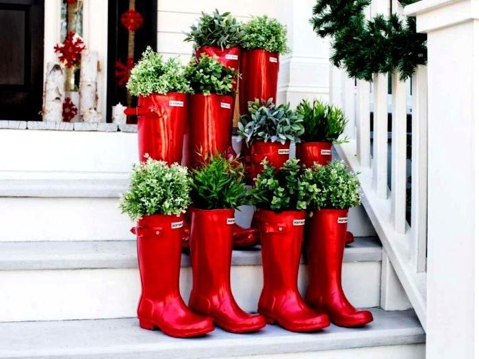 balkon dekorieren mit bunten roten stiefeln, pflanzen in stiefeln dekorieren, grün und weiß
