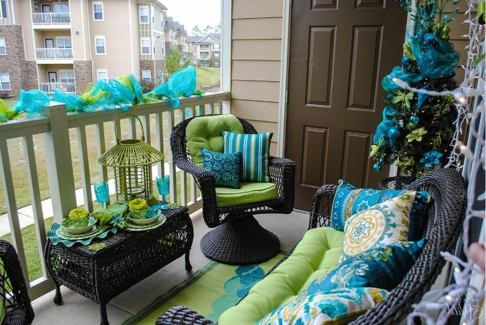 balkon dekorieren, bunte ideen zur deko, blau und grün stuhl deko ideen, kissen