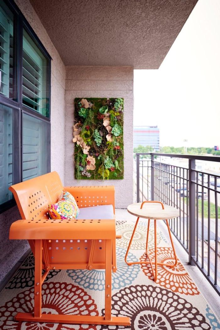 bunte balkon ideen, orangen farbenes sofa, kleiner kaffeetisch, teppich bunt buntes design