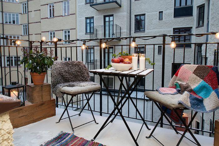 balkon deko ideen zum entlehnen, minimalistisch, skandinavischer stil auf dem balkon oder auf kleiner terrasse, flauschige deko
