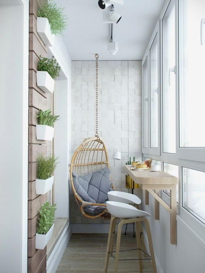 dezente balkon deko ideen, weiß und grau, minimalistisch. geschlossener balkonraum