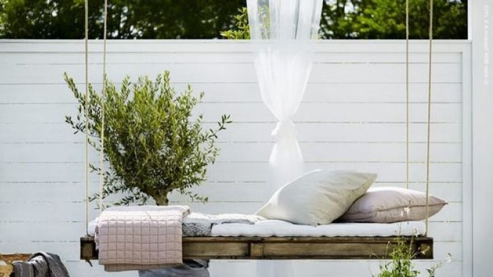 balkon gestalten, dekorationen und ideen zum inspirieren, eine schaukel mit kissen und grüne pflanze daneben, damit man sich richtig erholt