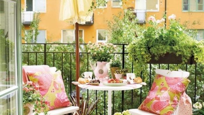 balkon gestalten in shabby chic style mit rosa und grün deko elemente, gut bepflanzt mit weißen möbeln