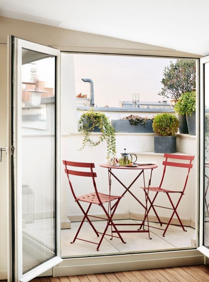 balkongestaltung, kleiner balkon in dezenter und stilvoller gestaltung, pflanzen und kleine deko elemente