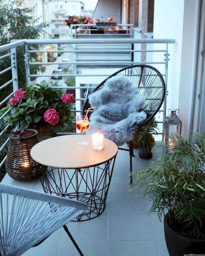 balkongestaltung in ikea stil, einen kaffeetisch, der als korb und schrank dienen kann, funktionelle möbel, moderner sessel mit fell abdeckung