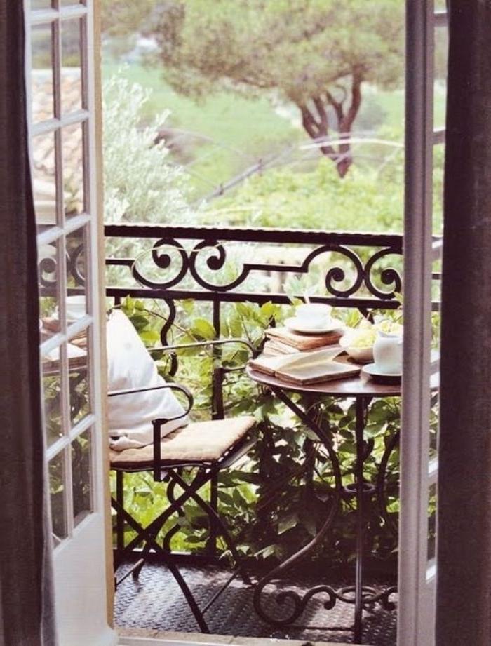 balkongestaltung, moderne balkonideen, ein stuhl, kleiner kaffeetisch, bücher und frühstück, angenehmer ort zum frühstücken