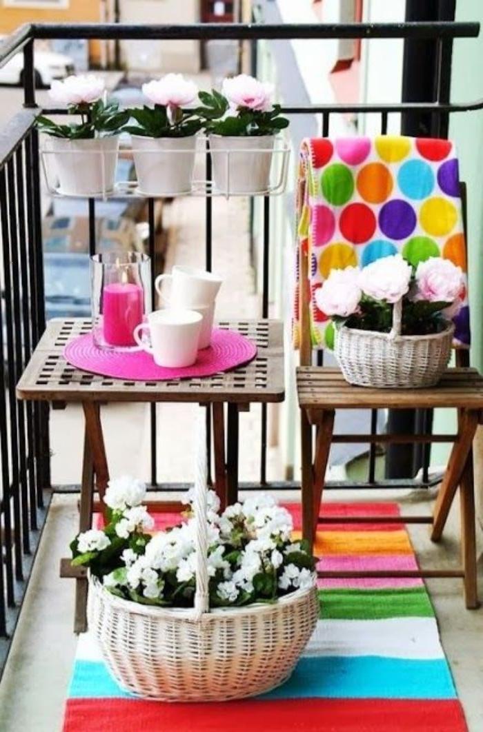 obi garten ideen, bunte dekorationen in dem garten, deko blumen weiß in einem korb, quadratischer kaffeetisch