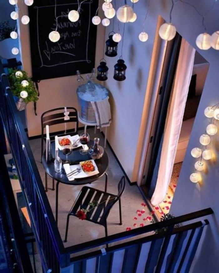 obi garten ideen, deko auf dem balkon von oben gesehen, romantische balkondeko