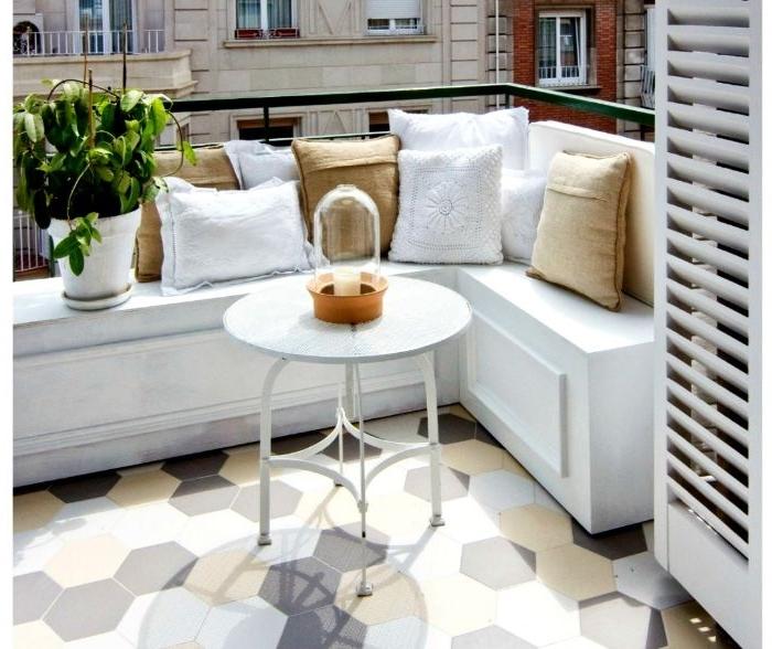 balkon einrichten, weiße gestaltung, balkon deko ideen, kleiner weißer tisch, kissen weiß beige