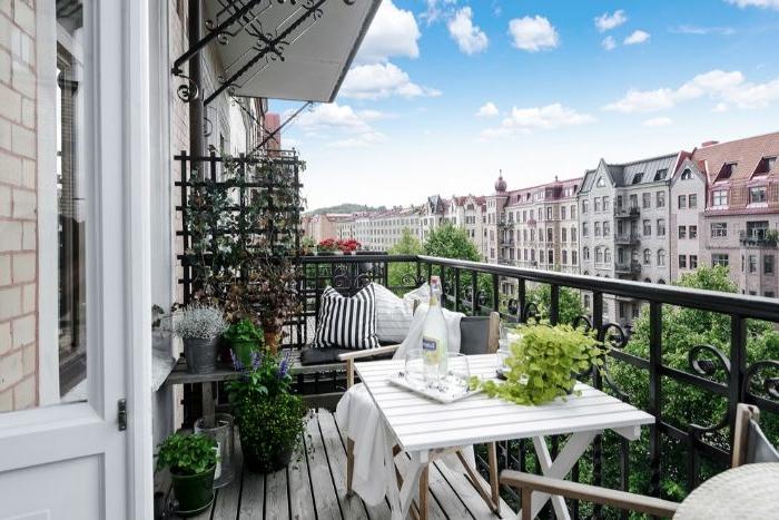 balkon einrichten, trendy ideen zum entlehnen, weiße möbel, grüne deko, ausblick