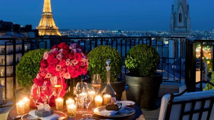 balkon einrichten, paris ausblick über die stadt, eifelturm, romantischer abend mit kerzen und blumen