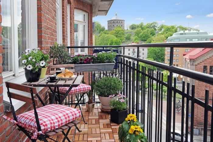 kleinen balkon gestalten, shabby elemente am balkon, deko ideen zum entlehnen, kissen auf dem stuhl