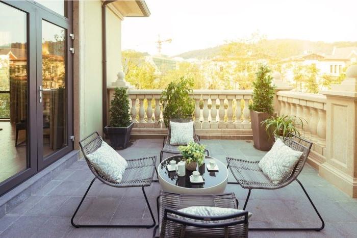 kleinen balkon gestalten, moderne minimalistische deko ideen, vier stühle für die ganze familie