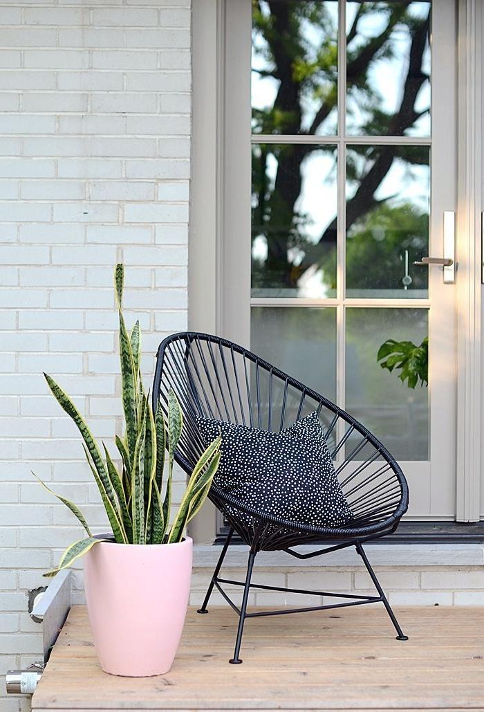 kleinen balkon minimalistische deko für den balkon, eine grüne pflanze in weißem topf und sessel