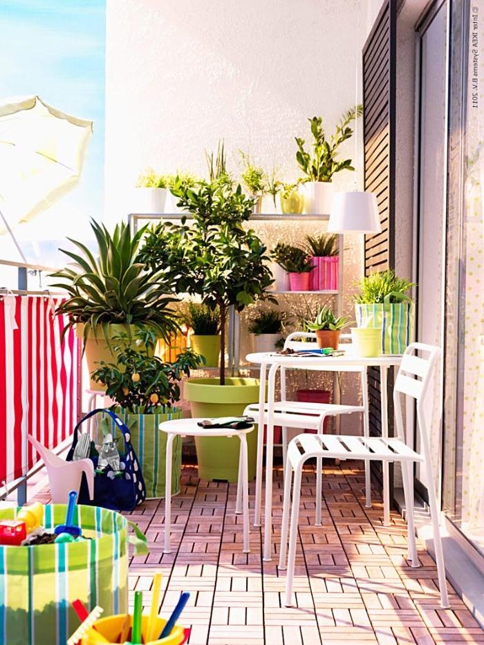 kleiner balkon in bunten farben dekorieren und mit weißer möbel ausstatten, frische laune und nette stimmung auf dem balkon