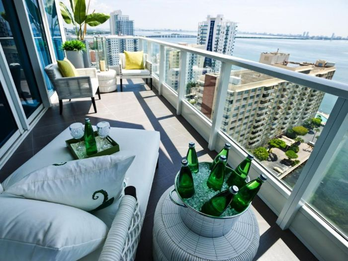 balkonmöbel für kleinen balkon, dekor ideen für grauen balkon, kühltopf für flaschen, sommer laune