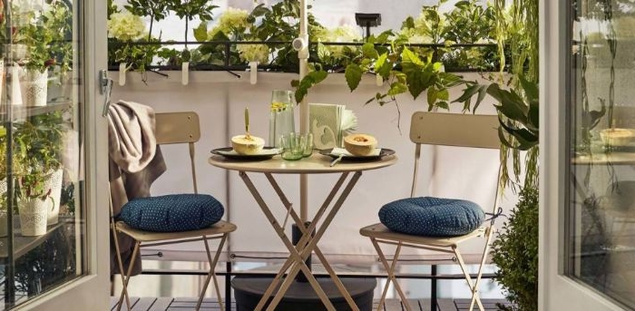 balkon gestalten, zwei stühle mit kissen und einen kaffeetisch, moderne minimalistische deko und möbel