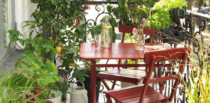 balkon gestalten, deko ideen für draußen, eine kleine terrasse mit vielen pflanzen, deko ideen