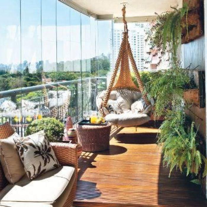 balkongestaltung kreative idee mit einem schaukel-sessel, hängesessel auf dem balkon, boho style idee
