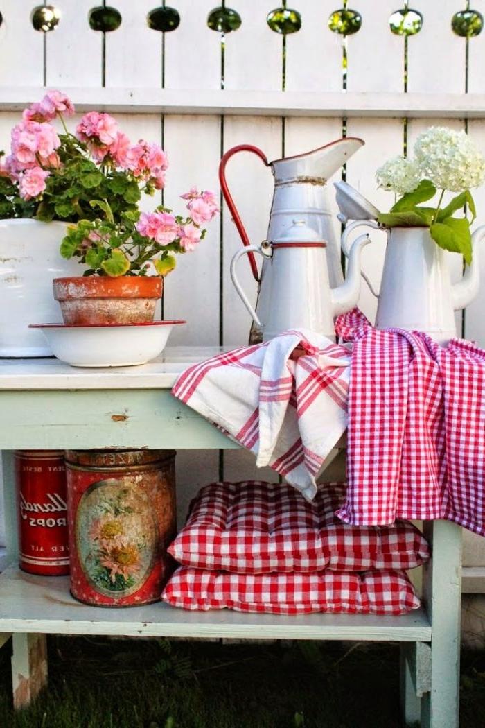 obi garten, moderne vintage deko ideen in weiß rosa und rot, deko auf der terrasse wie im garten