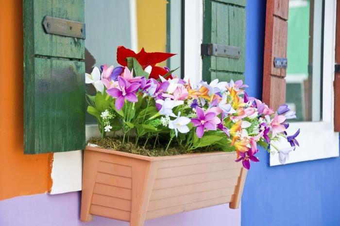 kleinen balkon gestalten, eine idee mit bunten blumen, deko zum inspirieren, blumen lila, weiß