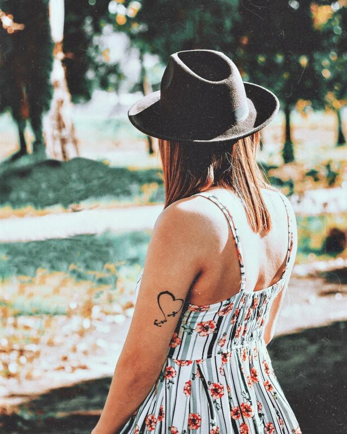beliebte Tattoos, ein Mädchen mit weißem Kleid mit Blumenmotiven versehen und ein Hut, ein Herz Tattoo