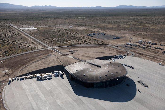 eine wüste und viele berge, ein sprace airport mit raumschiffen, der erste space airport in europa