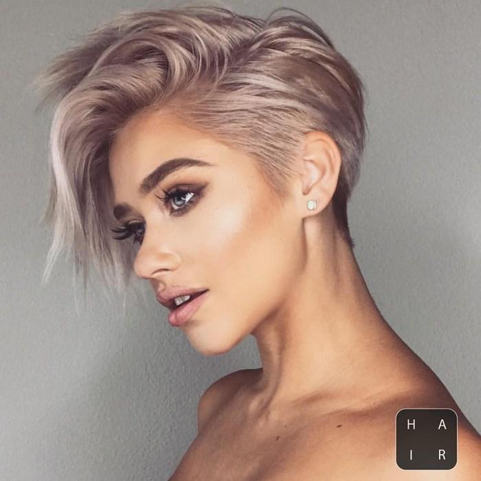 haarfarbe braun, schöne blonde haare mit bunten nuancen deko, kurzes haar, trendfarbe