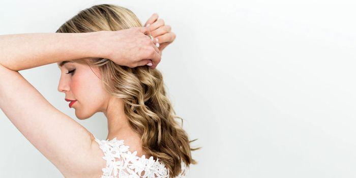 haartrends 2019 und 2020, blondes haar, balayage blond für frauen, locken in den haaren