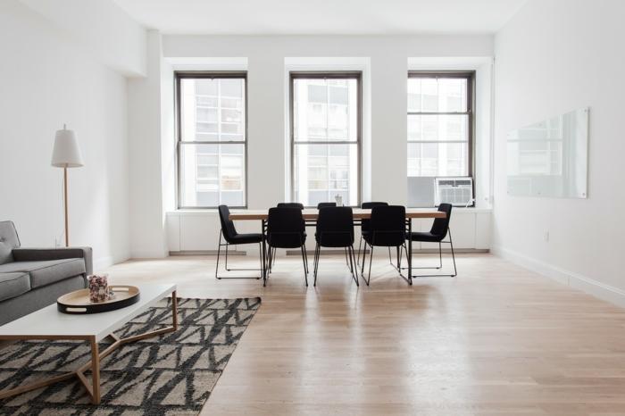 Ist Laminat besser als Steinteppich, ein Teppich mit bunten Muster, Essbereich mit Stühlen
