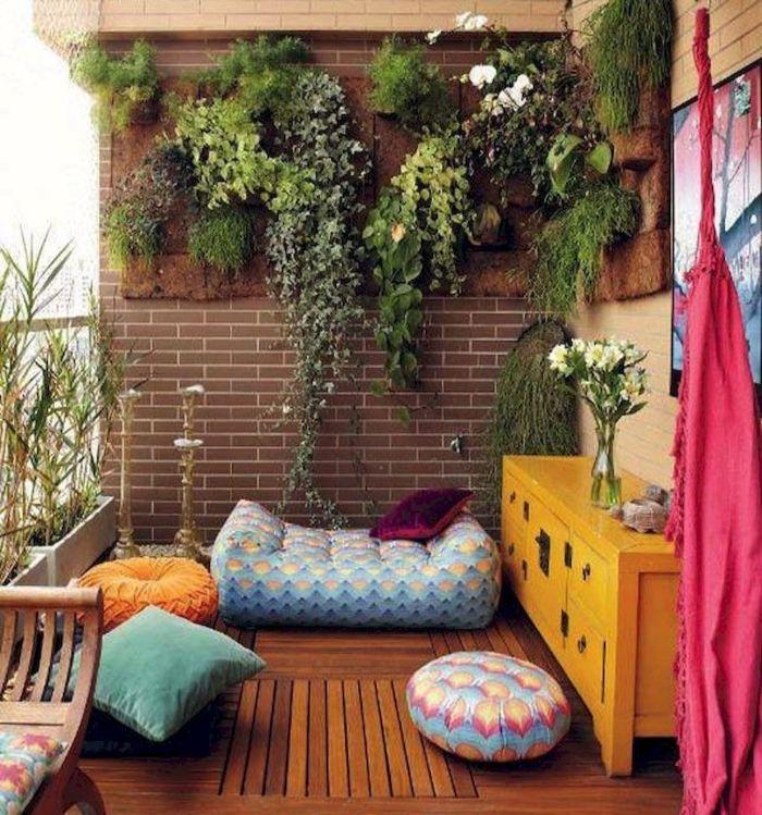 balkonmöbel für kleinen balkon, bunte kissen, dekorationen, rosa tuch, blaue sitzkissen, pflanzen hoch gestellt