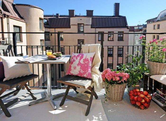 balkonmöbel für kleinen balkon, holzstuhl, rattankorb, äpfel deko ideen, pflanzen