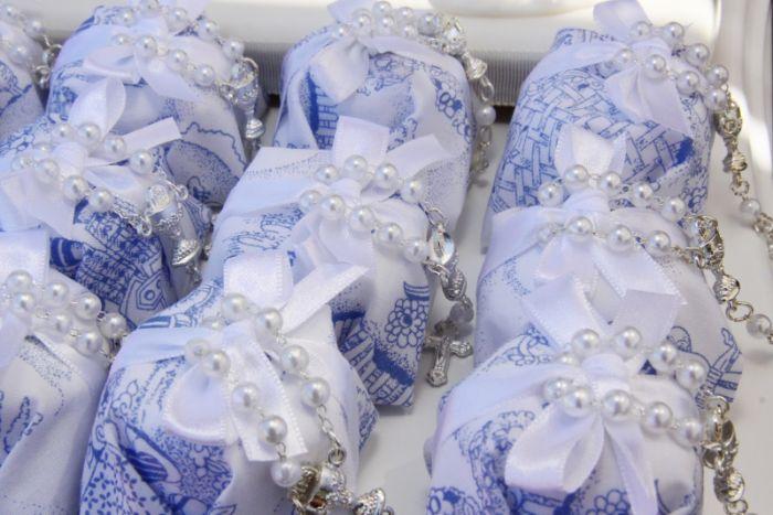 gastgeschenke kommunion, blaue dekorationen und weiße perlen dekorationen und geschenke für die gäste