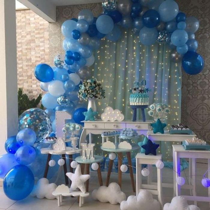 gastgeschenke kommunion, blaue dekorationen und balloons, wolken details elemente