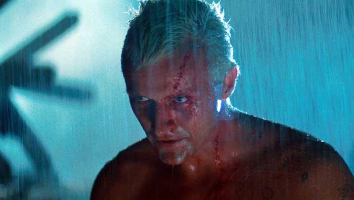 eine szene aus dem film blade runner mit dem schauspieler rutger hauer, ein mann mit blauen augen, blut und weißem haar, regen