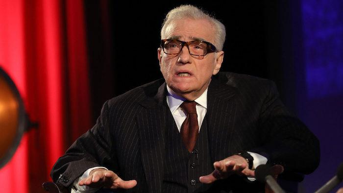 der regisseur martin scorsese, ein alter mann mit einem schwarzen kostüm und mit einem weißen hemd und schwarzer brille, the irishman