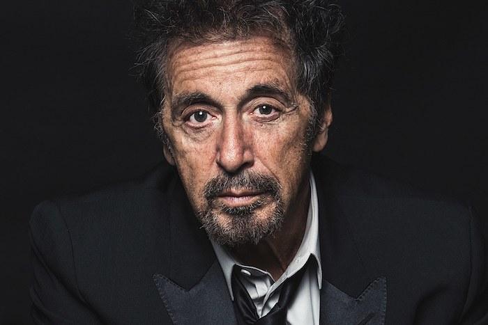der schauspieler al pacino, der film the irishman, ein alter mann mit einem schwarzen kostüm und mit bart