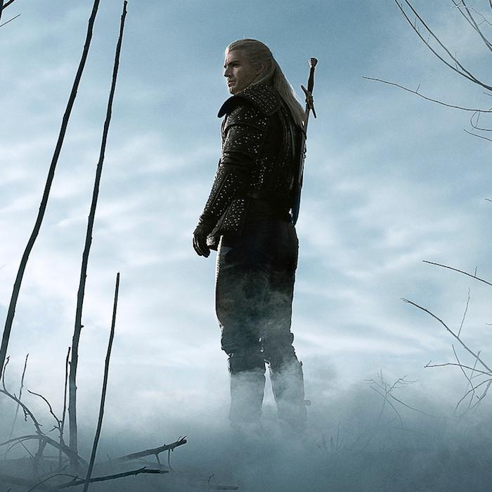 viele äster und bäume und ein mann mit einem schwert und rüstungund weißem haar, the witcher von netflix