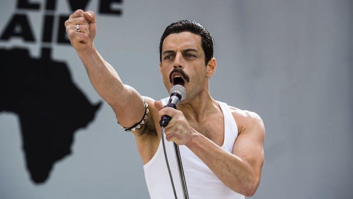 der schauspieler rami malek als freddie mercury, ein mann mit einem weißen unterhemd, eine scene aus bohemian rhapsody