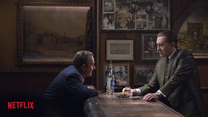 eine szene aus dem netflix film the irishman von dem regisseur martin scorsese mit dem schauspieler robert deniro, eine flasche aus glas
