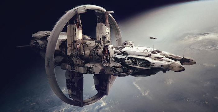 ein großes weißes fliegendes raumschiff aus metall, der erste space airport in england, die erde mit meeren und blauen ozeanen