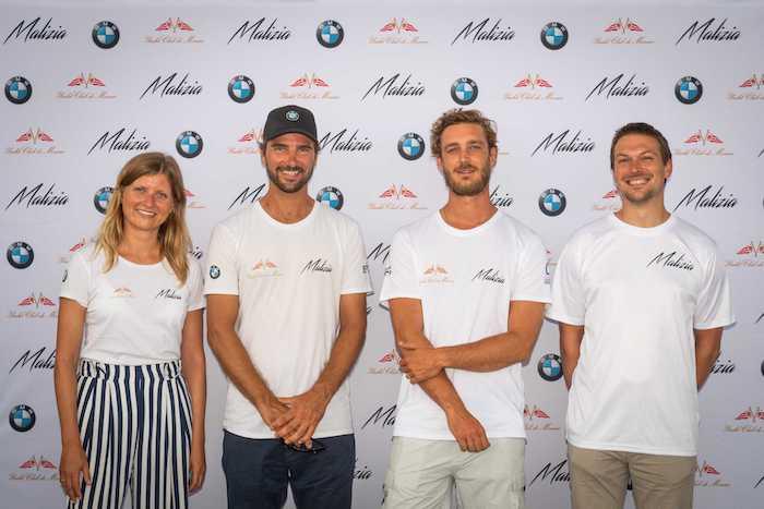 der deutsche boris hermann aus hamburg, das malizia team, drei junge männer und eine frau mit weißen t-shirts
