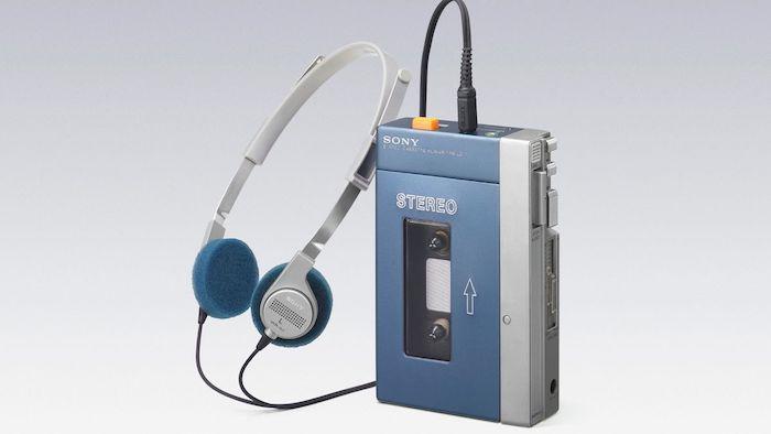 kleiner blauer walkman von sony mit kassette und blauen kopfhörern