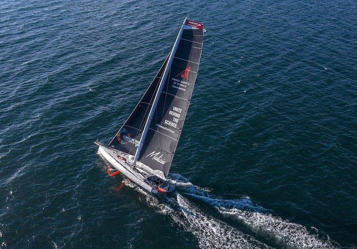 meer mit blauen wellen und ein kleines high tech segelboot vom team malizia, die reise der aktivistin greta thunberg nach amerika