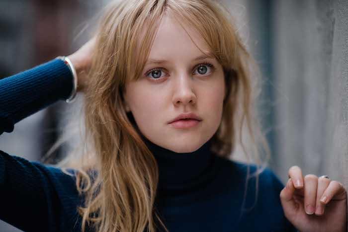 junge frau mit blauen augen und blondem haar, die schauspielerin markella kavenagh, der herr der ringe, the lord of the rings