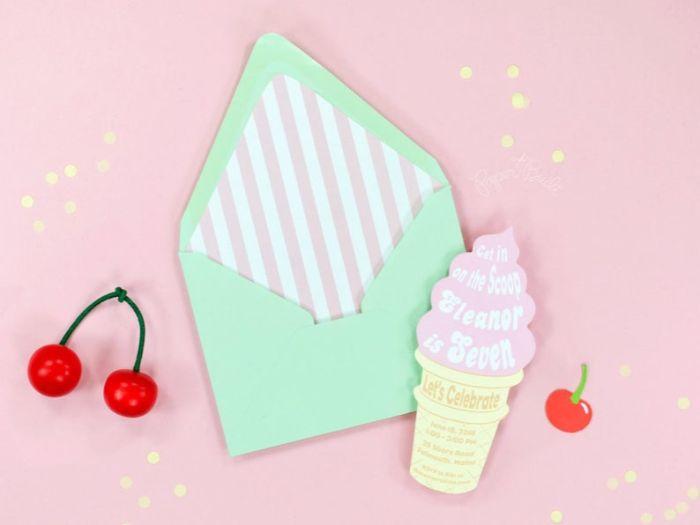einladungskarten drucken, briefumschlag mit cupcake eis einladungskarte und kirschen als deko dazu
