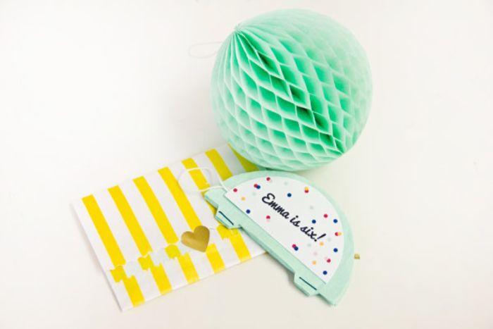 einladungskarten zum geburtstag, honigwabepapier in grün, weiße vorlage für den einladungstext und gelber umschlag
