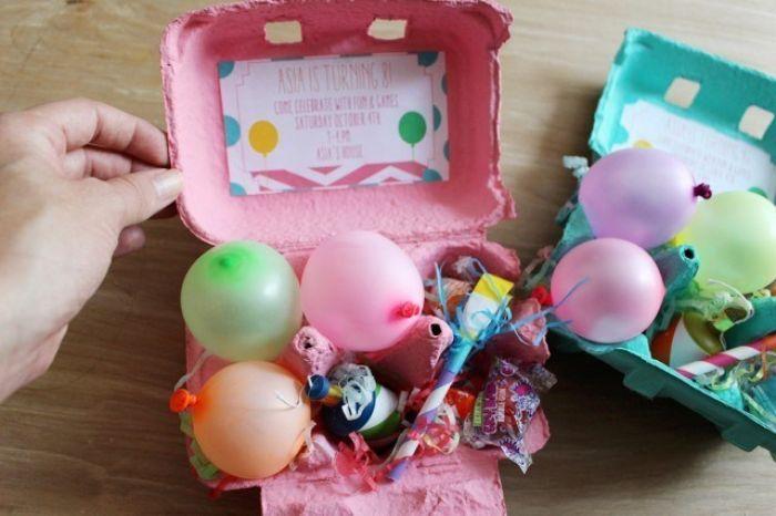 einladungskarten gestalten, rosa und blau kasten von eiern als einladungsbox gestalten, ballons, konfetti deko