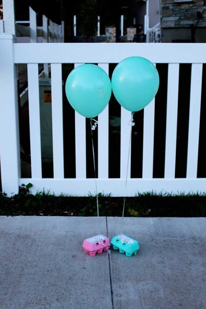 einladungskarten gestalten, zwei geschenkboxen, ballons mit hellium anhängen, vor der tür lassen, karten schicken