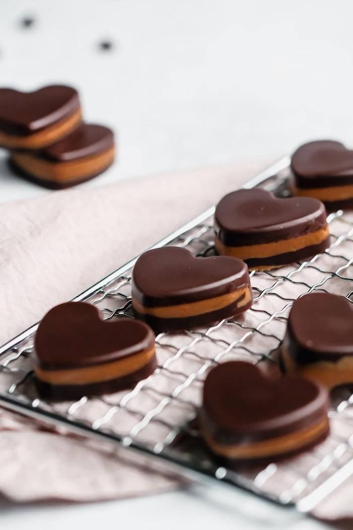 Keto Schokoladenherzen, süße Low Carb Snacks für Party, schnelles Partyessen Rezept